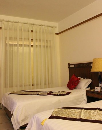 Tianfuyuan Resort:                                     Double room (the wall between the bathroom and the room)