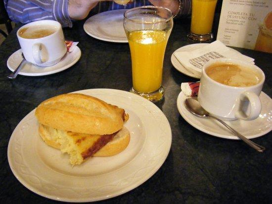 Hostal Luz: Desayuno en restaurante la Traviatta