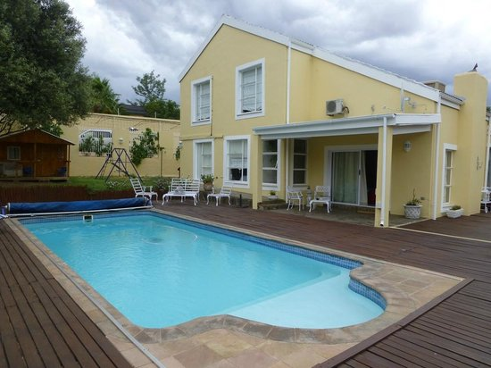 Villa Moringa Guesthouse: Pool, unser Zimmer im Hintergrund