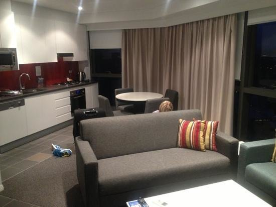 Meriton Serviced Apartments Brisbane on Adelaide Street:                   Wohnzimmer mit Küche