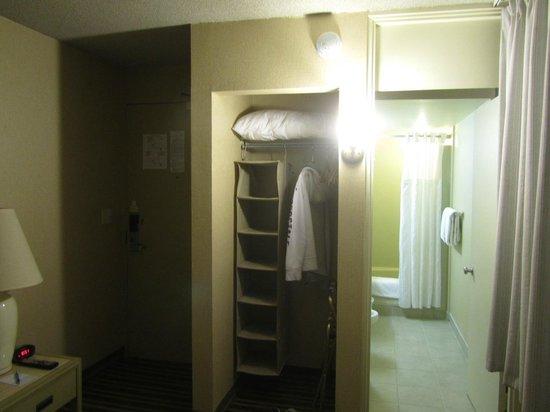 Queen Kapiolani Hotel: Opened Closet