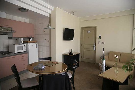 Casa Grande Suites: dining area, kitchenette and living area