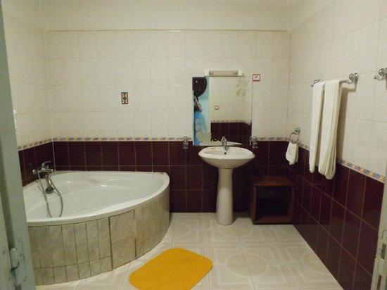 Hotel Emeraude:                   grande salle de bain !!
