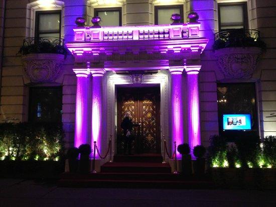 Sanctuary Hotel New York: L'entrée de l'hôtel de nuit