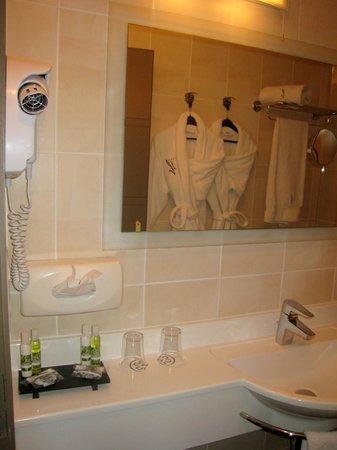 Hôtel La Fauceille : the tiny bathroom