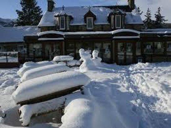 Mackenzies Highland Inn: snowy morning