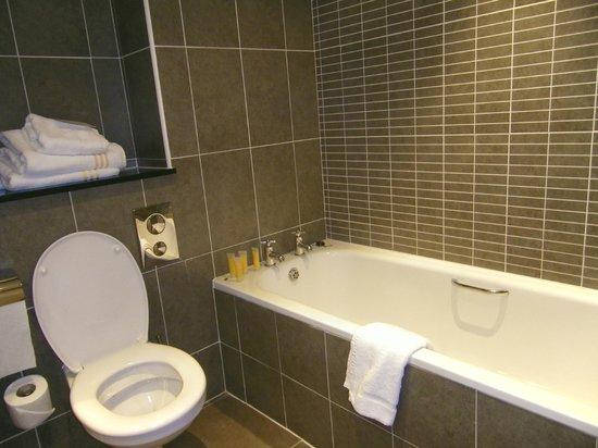 Killarney Court Hotel:                   Nice bathroom