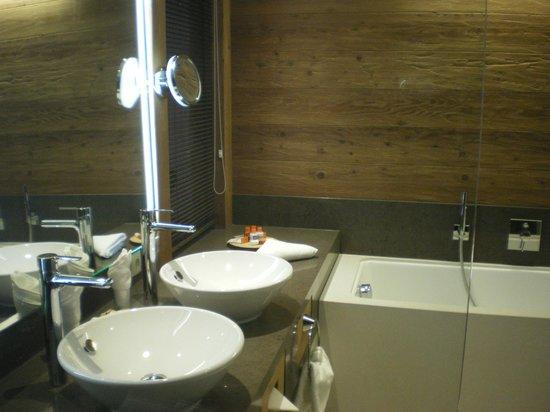 Aktiv- & Wellnesshotel Bergfried: Salle de bain - double lavabos