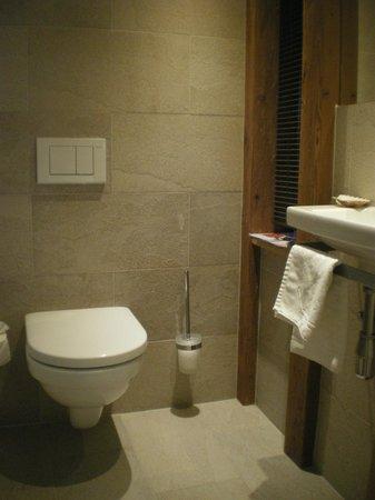 Aktiv- & Wellnesshotel Bergfried : Les WC séparés avec lavabos