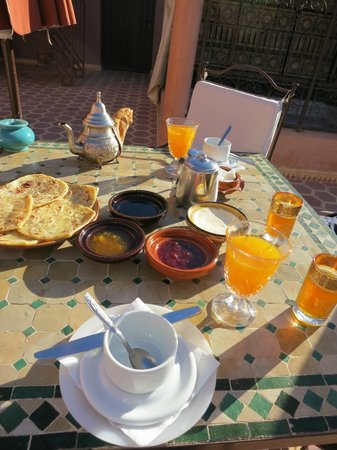 Dar Al Hamra: Breakfast for two - different - selfmade - bread every day