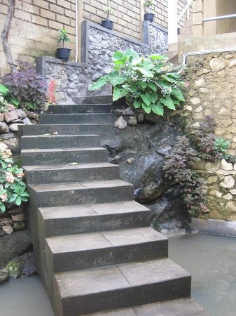 Barong Cafe Bungalow and Restaurant:                   Treppe hinter Haupthaus