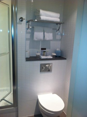DoubleTree by Hilton Hotel London -Tower of London:                   The bathroom