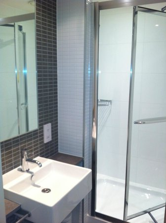 DoubleTree by Hilton Hotel London -Tower of London:                   Shower