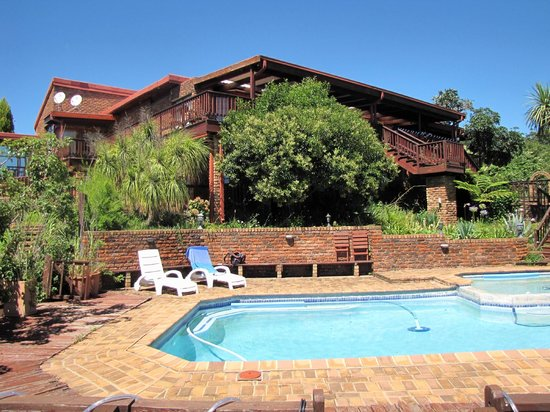 Acra Retreat - Mountain View Lodge - Waterval Boven:                   Hotel (vom Pool aus)