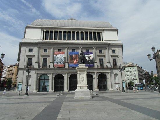 Teatro Real:                   荘厳な印象の建物