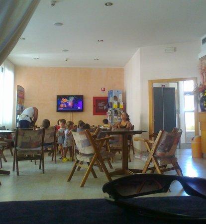Piccolo Hotel:                   Una hall baby park: vista ( senza audio!) dal tavolo del ristorante