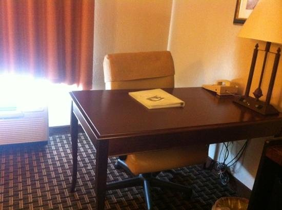 Hampton Inn Oxford-Anniston: nice desk area