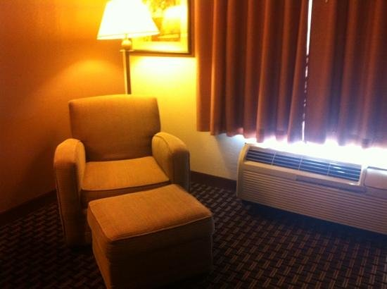 Hampton Inn Oxford-Anniston: comfy recliner area for relaxing