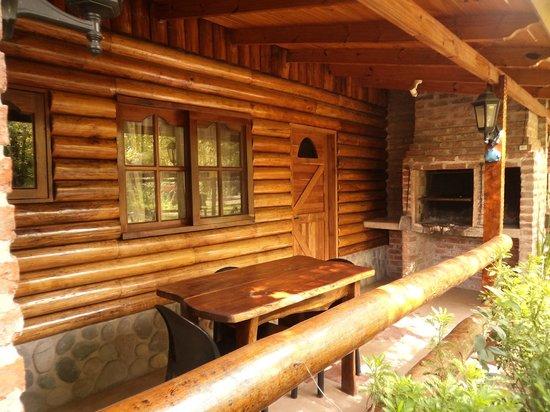 Los Platanos, Cabanas y Suites: Galería exterior con parrilla individual