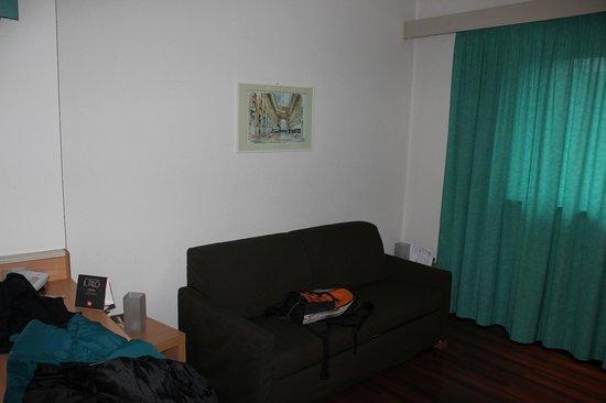 Ibis Milano Centro :                   Sofa cama de la habitacion