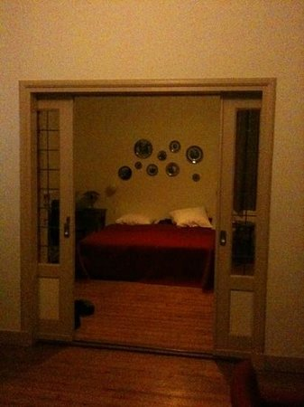 Hotel Pastis:                   doorkijkje naar de slaapkamer.