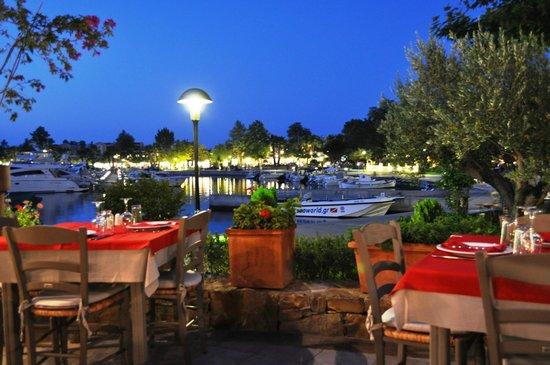 Sani, Griechenland:                   Марина вечером, вид из одного из одного из ресторанов на марину
