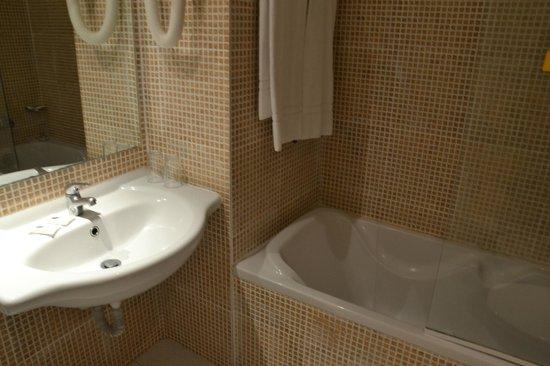Dorisol Buganvilia:                   Salle de bain nikel