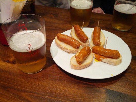Taberna Casa del Volapie: Caña de cerveza. Tapa de choricillos (gratuita con la bebida)