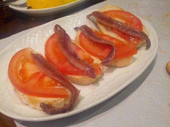 Taberna Casa del Volapie: Tapa de anchoa (gratuita con la bebida).