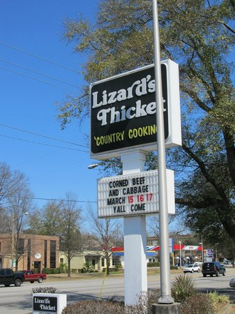 Lizard's Thicket Restaurant: Sign out front