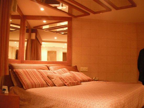 Le Fabreville Motel et Suites : lit chambre utopia
