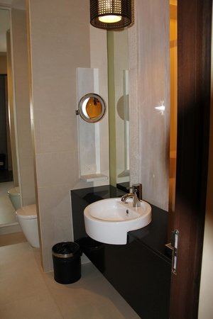 De Chai The Colonial Hotel: Our Bathroom, complete with all amenities