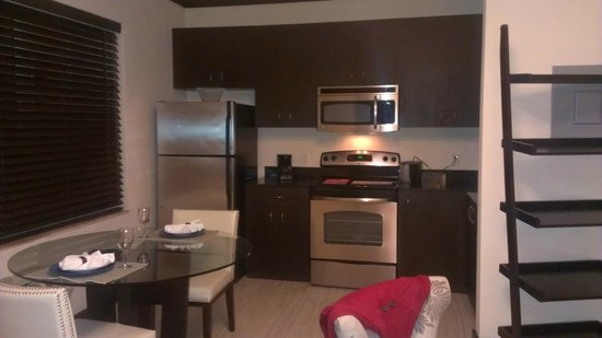 Tradewinds Apartment Hotel: COCINA