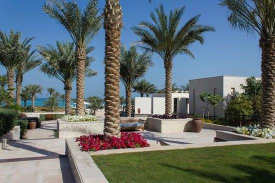 The St. Regis Saadiyat Island Resort, Abu Dhabi: Garden between the pools
