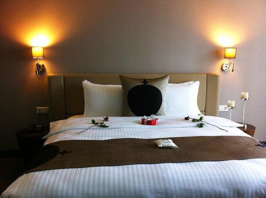 Inncity Hotel Nisantasi:                   Suite 601 welcoming with red roses for anniversary