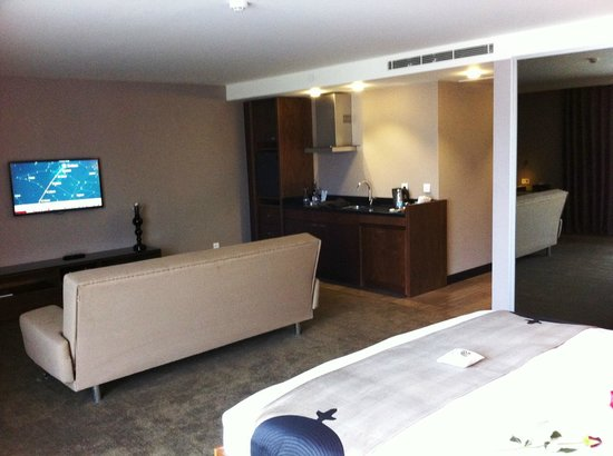 Inncity Hotel Nisantasi:                   Suite 601 kitchenette and TV area