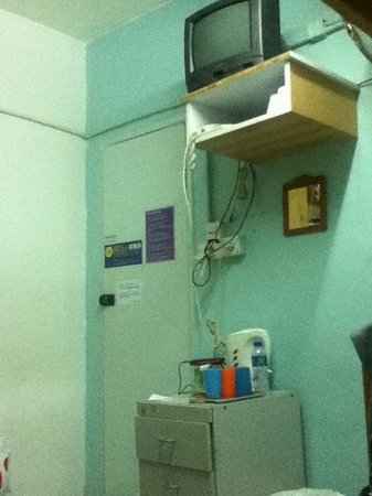 Oi Suen Guesthouse: tv, hot water, outlet for charging available