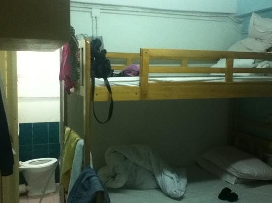 Oi Suen Guesthouse: double deck bed and toilet