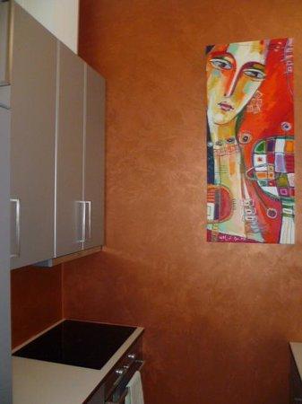 Malostranska Residence:                   Cuisine, petit bémol peu d'ustensiles alors que bien aménagée