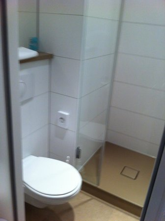 Motel One Frankfurt-Niederrad: Shower room/wc