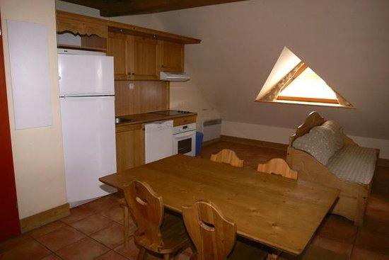 Residence Odalys Le Hameau de Praroustan:                                     Coin cuisine dans salon/salle à manger