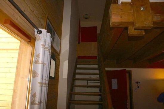 Residence Odalys Le Hameau de Praroustan:                                     Escalier permettant d'atteindre la chambre et la mezzanine