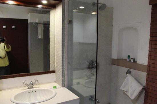 WelcomHeritage Jukaso Ganges: Bathroom