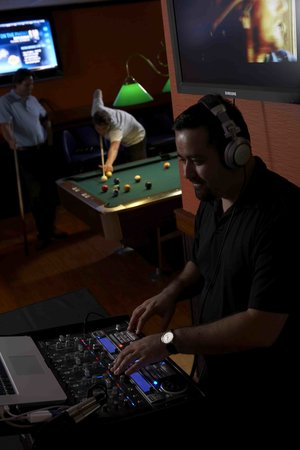 Jewel City Bowl : Live DJs!