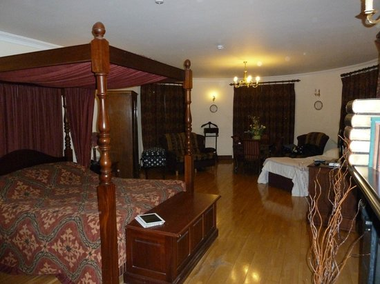 Abbeyglen Castle Hotel:                   Fantastic Room