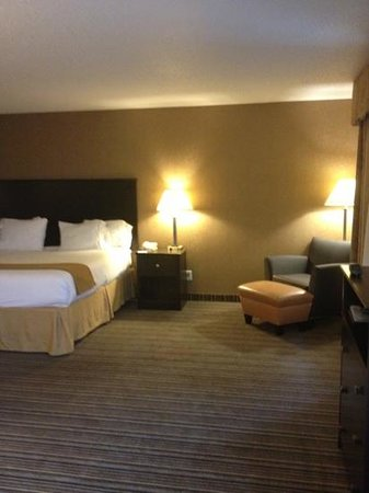 Holiday Inn Express Hotel & Suites Council Bluffs: whirlpool king room