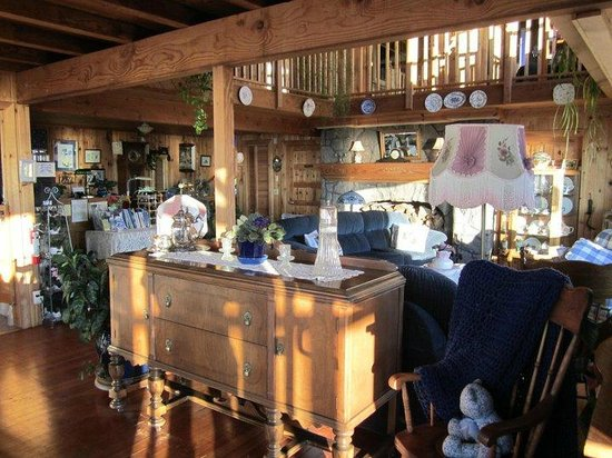 Cliff House Bed & Breakfast:                   Dining and living area