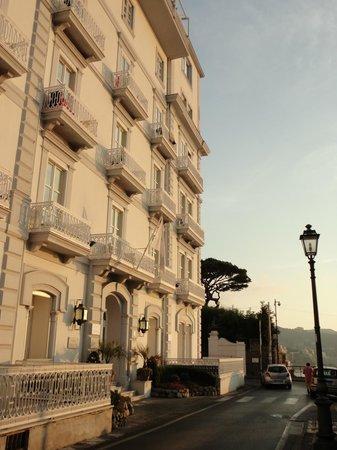 Hotel Mediterraneo Sorrento:                   Devanture de l'hôtel.