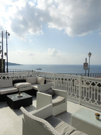 Hotel Mediterraneo Sorrento:                   Terrasse de l'hôtel face à la mer.