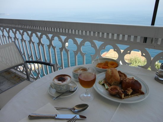Hotel Mediterraneo Sorrento :                   Petit déjeuner sur la terrasse.